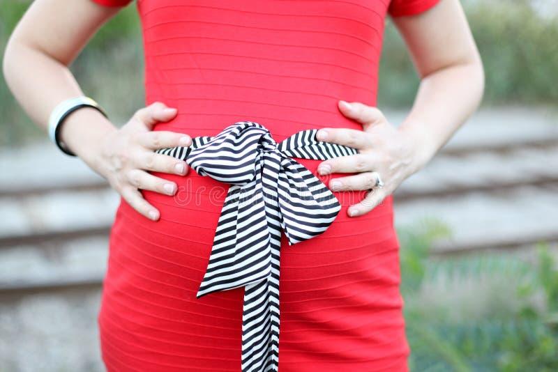 Femmes enceintes dans la robe rouge photos libres de droits