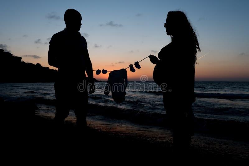 Femmes enceintes et son associé attendant un bébé photo libre de droits