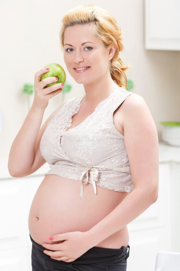Femmes enceintes mangeant la pomme photos libres de droits