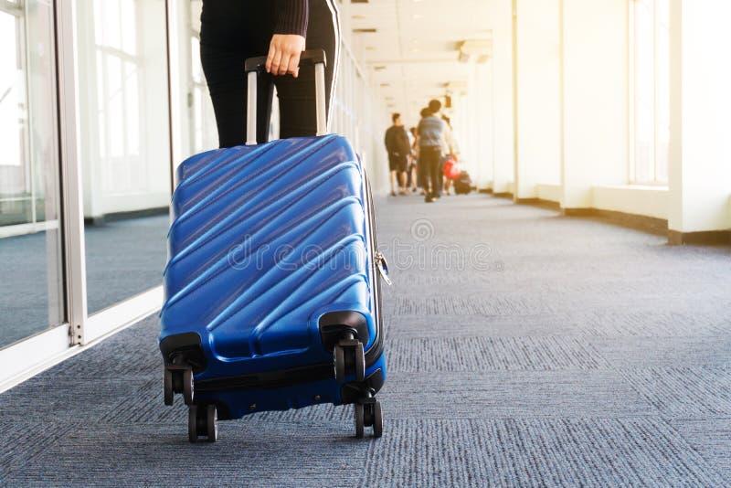 Femmes et bagage de voyageur au concept de voyage de terminal d'aéroport photo stock