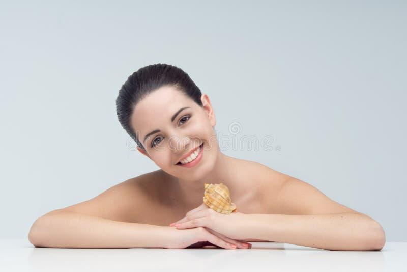 Femmes et coquille image stock