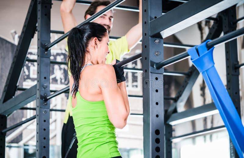 Femmes et formation d'homme dans la cage pour une meilleure forme physique images stock