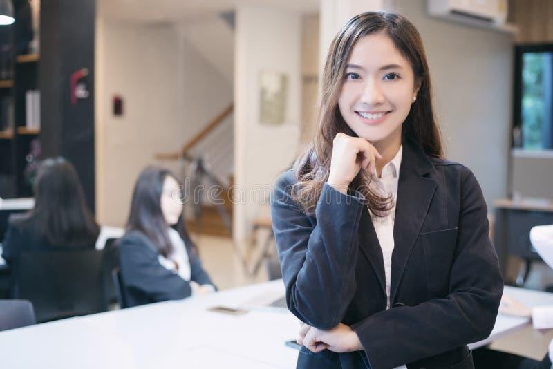 Femmes et groupe asiatiques d'affaires utilisant le carnet pour se réunir et Bu photo stock