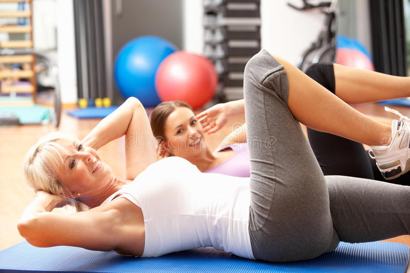 Femmes faisant étirant des exercices images stock