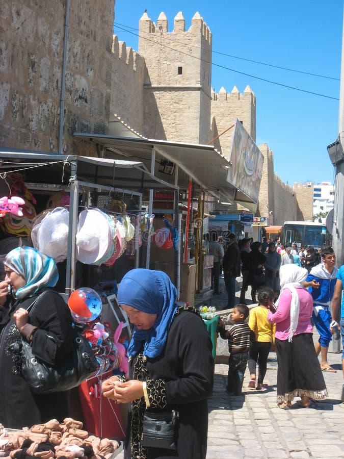 Femmes faisant des emplettes chez le Souk. Sousse. Tunisie image libre de droits