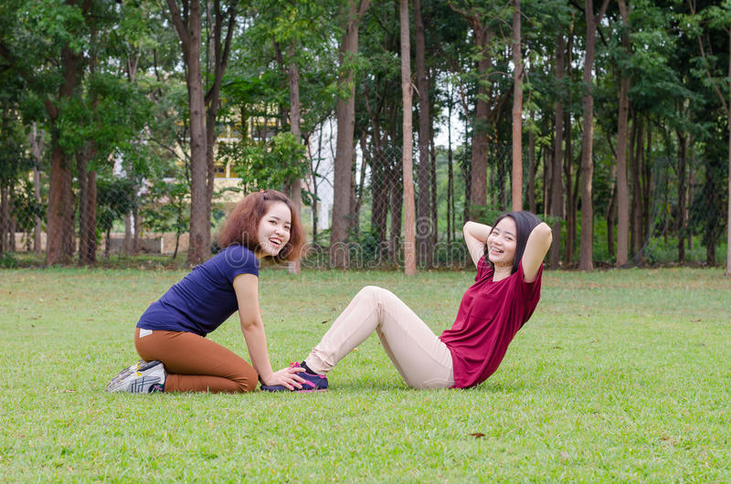 Femmes faisant l'exercice en parc image libre de droits