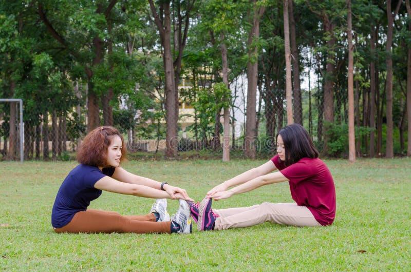 Femmes faisant l'exercice en parc images stock