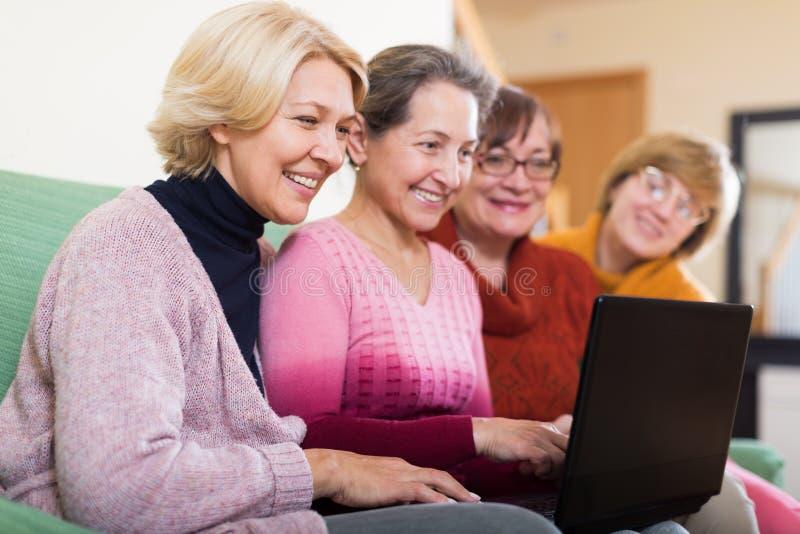 Femmes faisant le site photographie stock