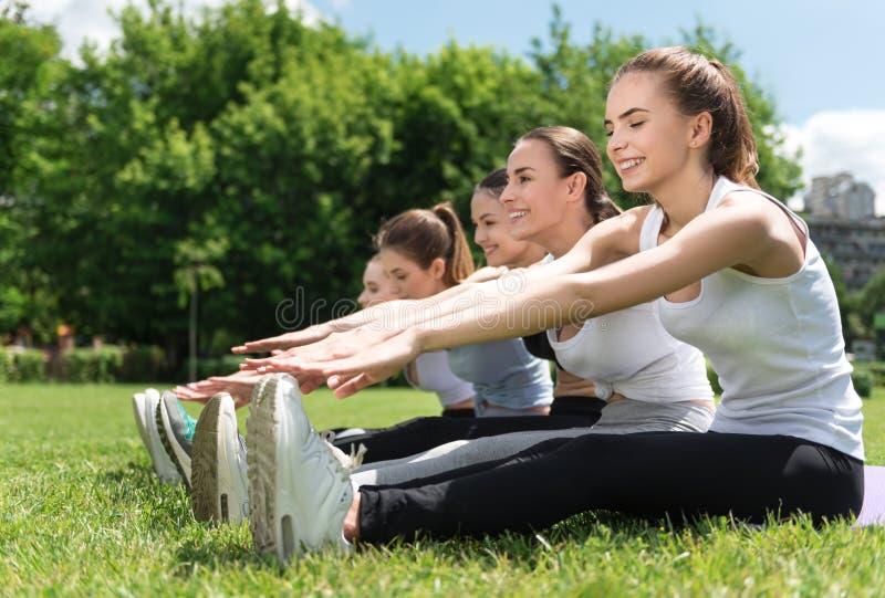 Femmes gaies faisant des exercices de sport photos libres de droits
