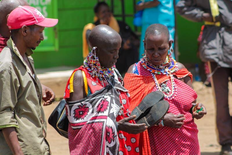 Femmes habillées traditionnelles de tribu de masai en Afrique, Kenya image stock