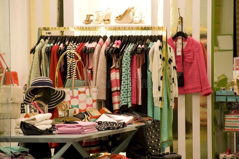 magasin de mode d'habillement et de chaussure de femme image libre de droits