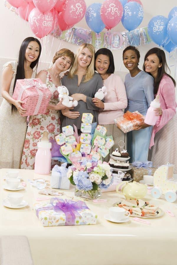 Femmes heureuses à une fête de naissance images stock