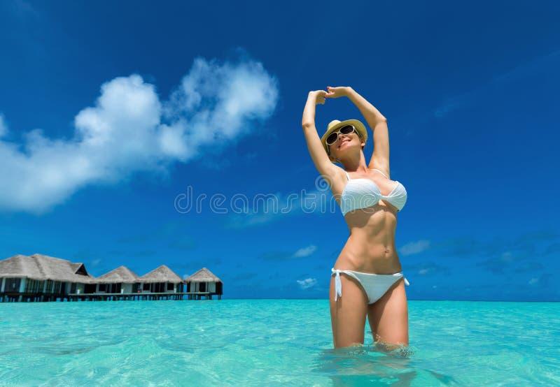 Femmes heureuses dans le bikini sur la plage tropicale photos stock