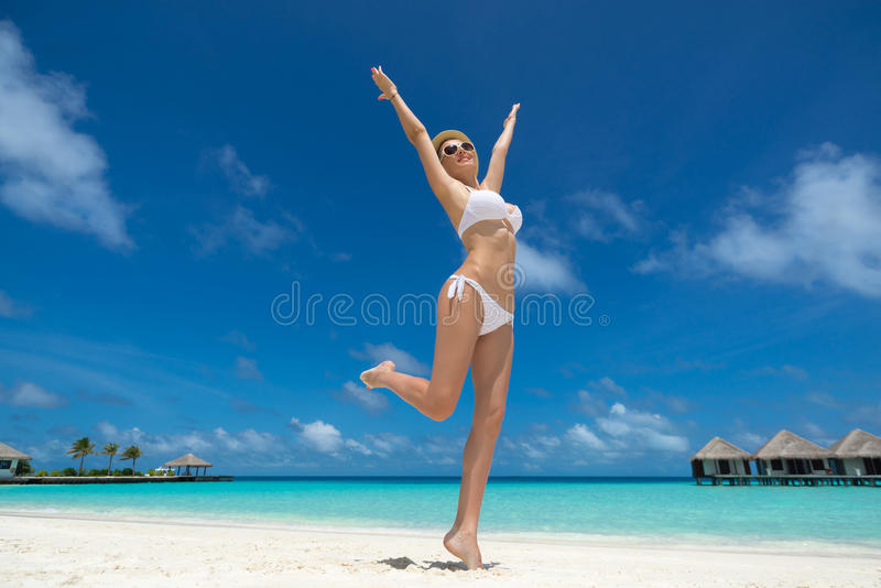 Femmes heureuses dans le bikini sur la plage tropicale photographie stock libre de droits