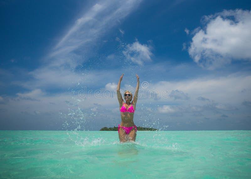 Femmes heureuses dans le bikini sur la plage tropicale photos libres de droits
