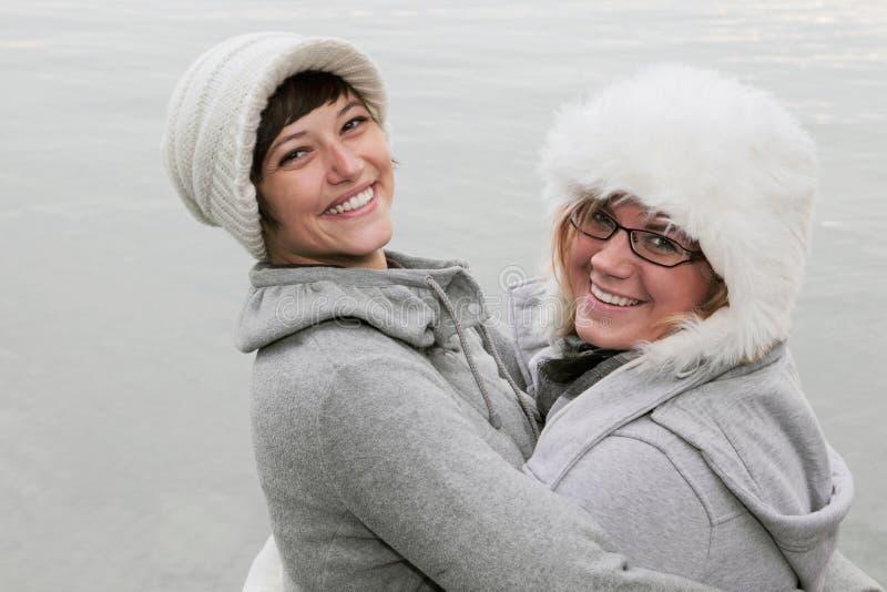 Femmes heureuses en hiver photographie stock libre de droits