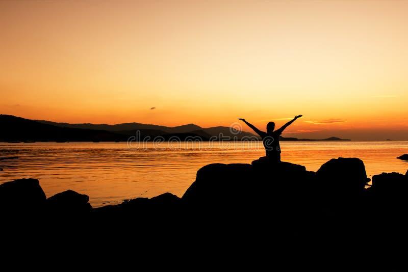 Femmes heureuses et bras ouverts gratuits sur la plage image stock