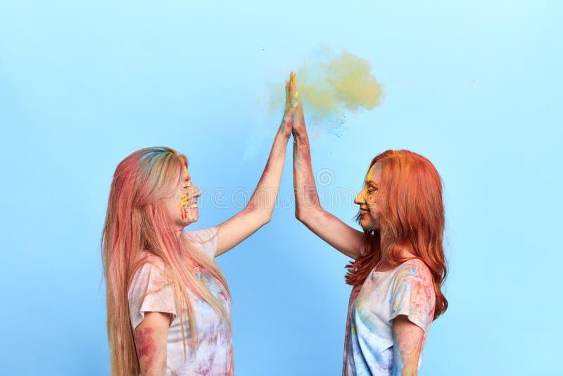 Femmes heureuses positives donnant haut cinq photographie stock