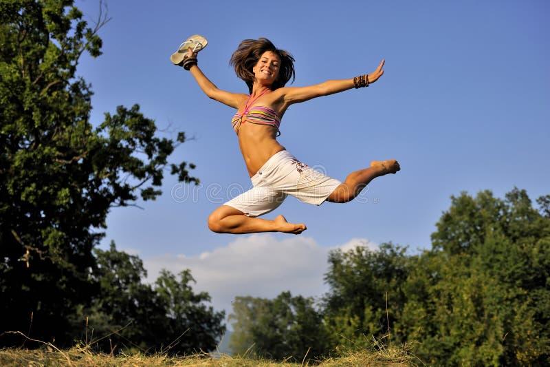 Femmes heureuses sautant l'heure d'été photos stock