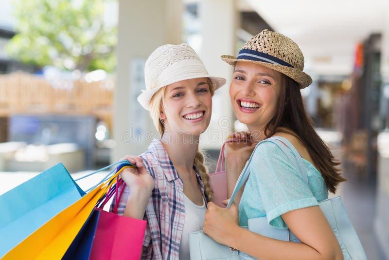 Download Femmes Heureuses Souriant à L'appareil-photo Avec Des Paniers Image stock - Image du propriétaire, chapeau: 56490763