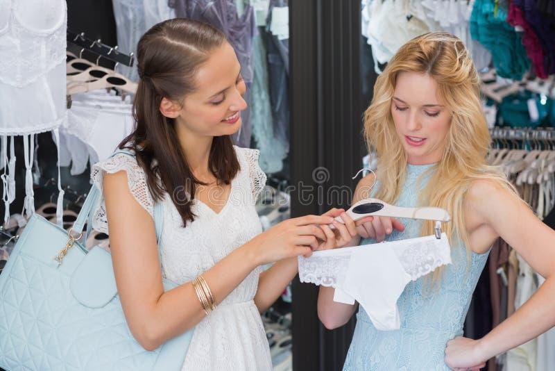 Download Femmes Heureuses Tenant Des Sous-vêtements Image stock - Image du gorge, consommationisme: 56490789