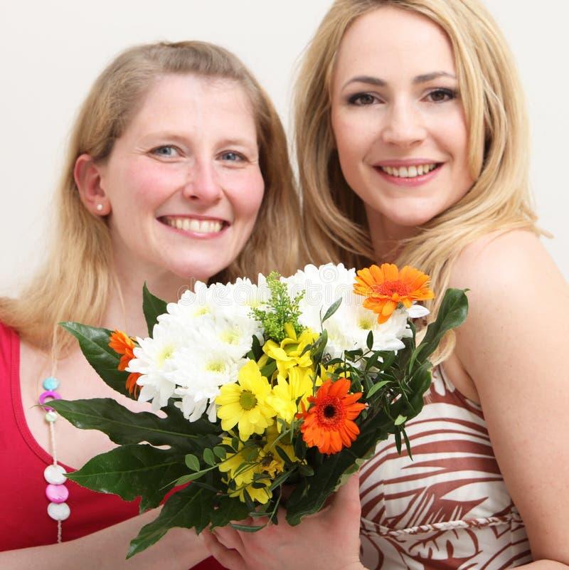 Femmes heureux avec un bouquet coloré photo stock