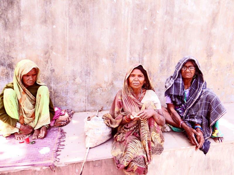 Femmes inconnues de mendiant photographie stock