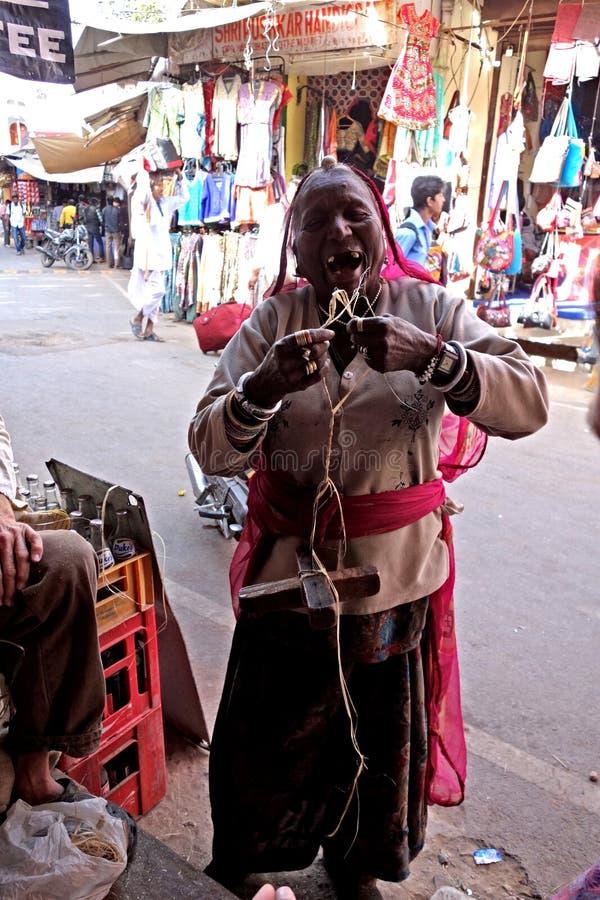 Femmes indiennes avec l'axe de baisse photographie stock libre de droits
