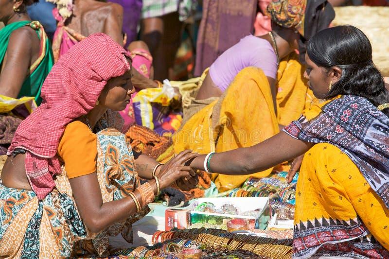 Femmes indiennes sur le marché de zone rurale photo stock