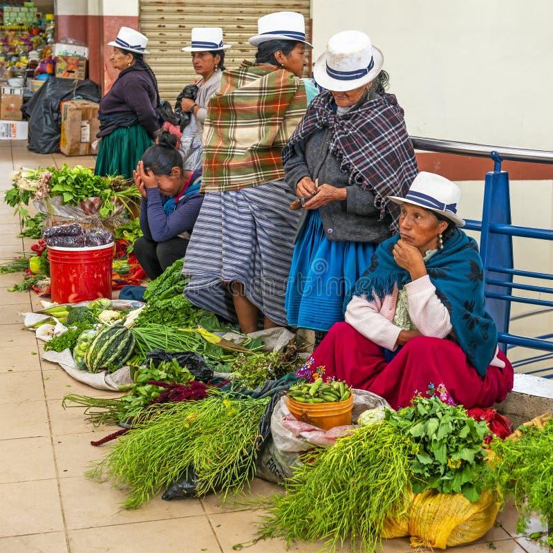 Femmes indigènes vendant des légumes à Cuenca, Equateur images libres de droits