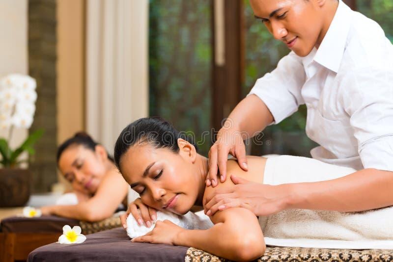 Femmes indonésiennes au massage de station thermale de bien-être photos stock
