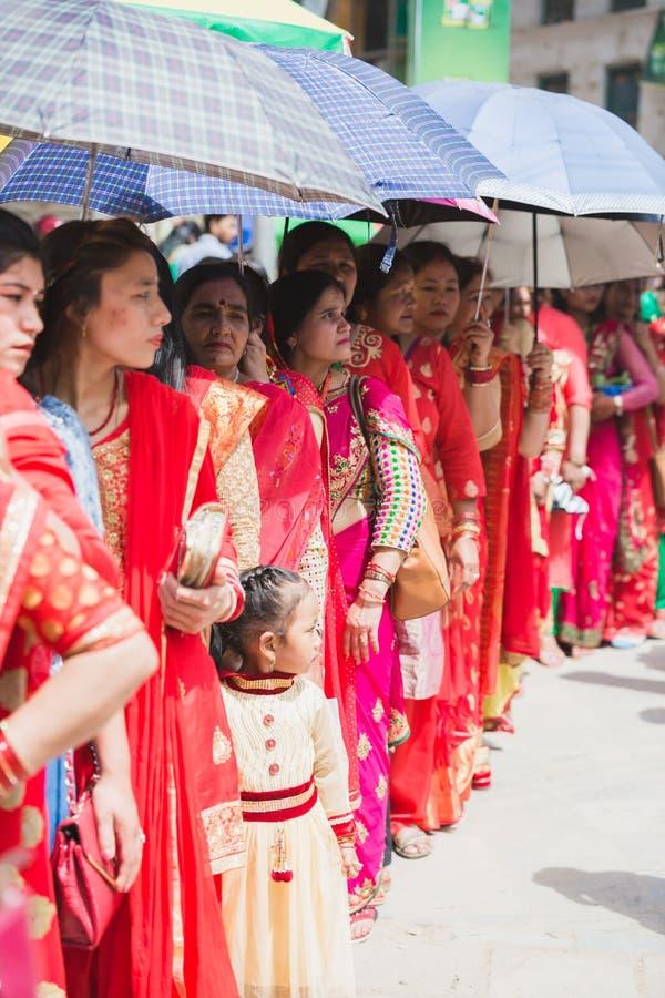 Femmes indoues de Nepali se tenant dans la ligne pour adorer la déesse Shiva à photos libres de droits