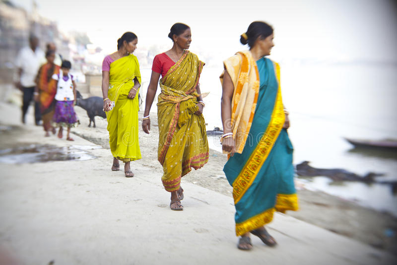 femmes indoues sur les banques sacrées du Gange photographie stock libre de droits