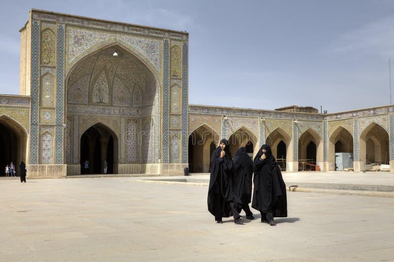Femmes iraniennes portant les robes islamiques noires dans la cour intérieure M photographie stock libre de droits