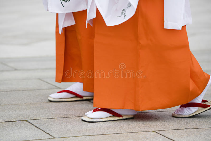 Femmes japonaises dans la robe traditionnelle chez Meiji Shrine photographie stock