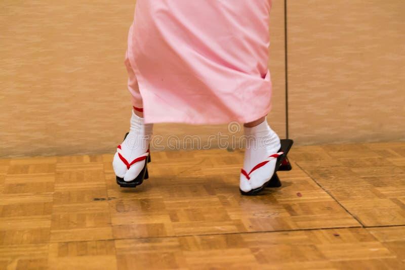 Femmes japonaises dansant dans la robe de traditioanl et des chaussures GETA images libres de droits