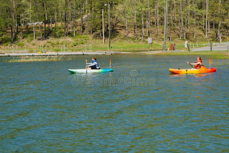 Femmes Kayaking au réservoir de crique de Carvins images stock