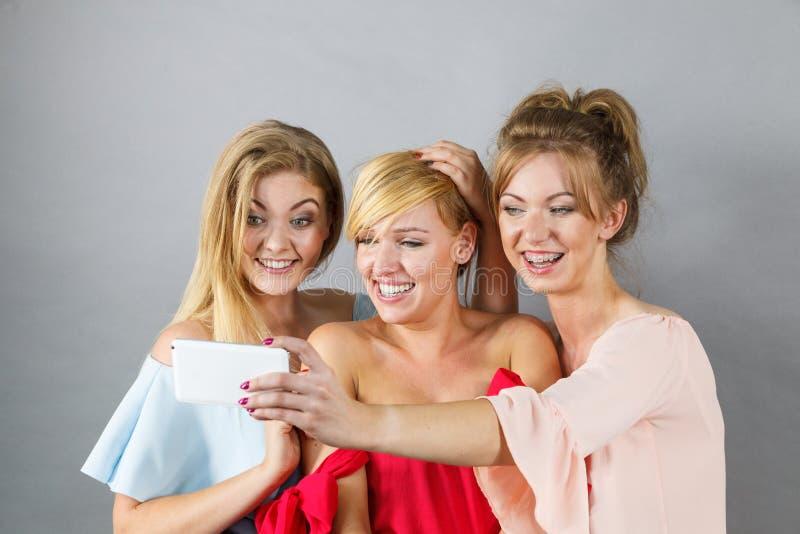Femmes ? la mode prenant le selfie photographie stock