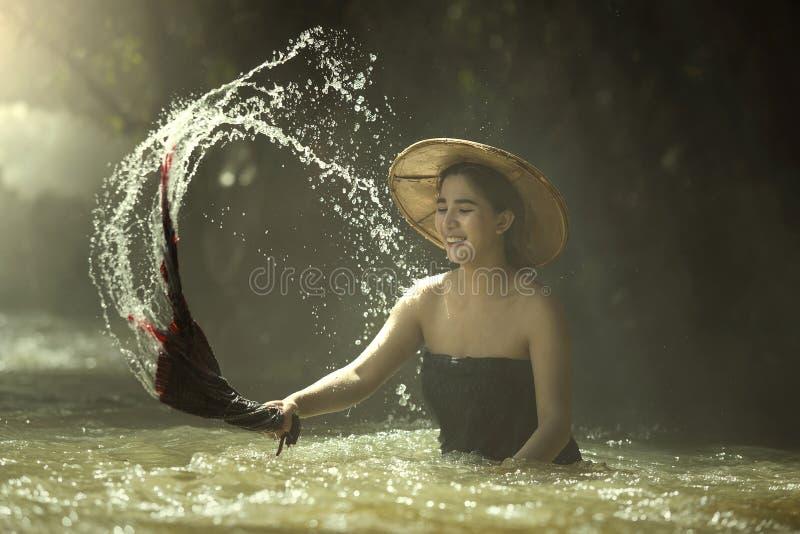 Femmes lavant des vêtements en rivière image libre de droits