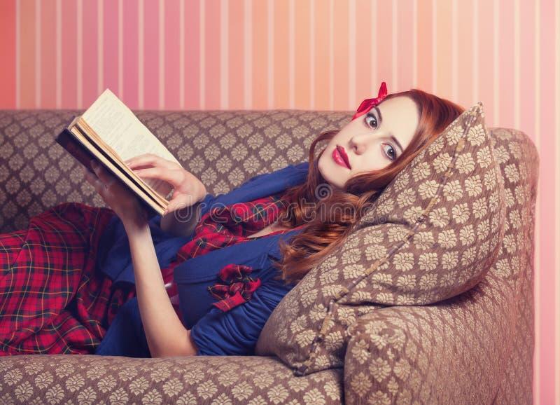 Femmes lisant un livre photographie stock libre de droits