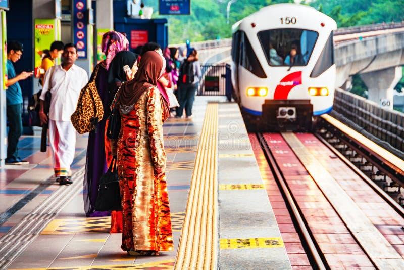 Femmes locales attendant le monorail au centre de la ville de Kuala Lumpur, Malaisie image stock