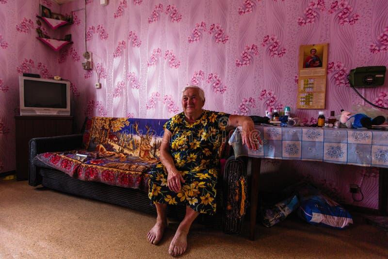 Femmes locales de Vepsian dans eux maison rurale photos stock
