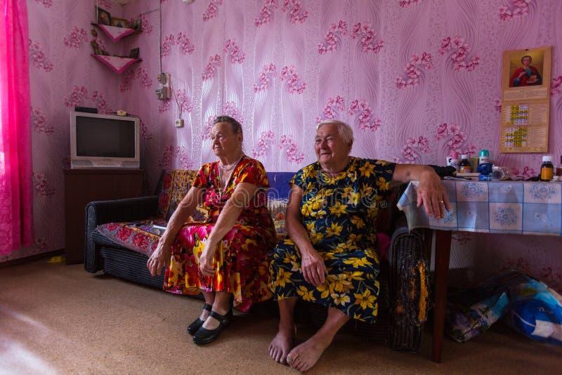 Femmes locales de Vepsian dans eux maison rurale image stock