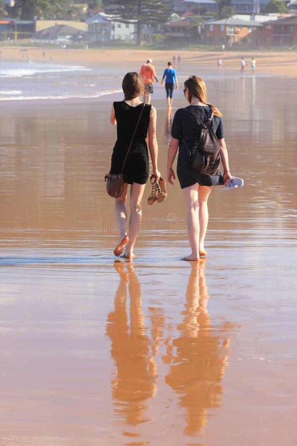 Femmes marchant nu-pieds sur la plage photos libres de droits