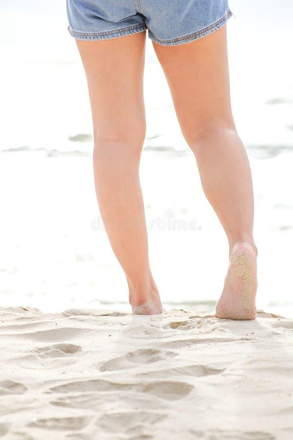 Femmes marchant sur la plage photo libre de droits