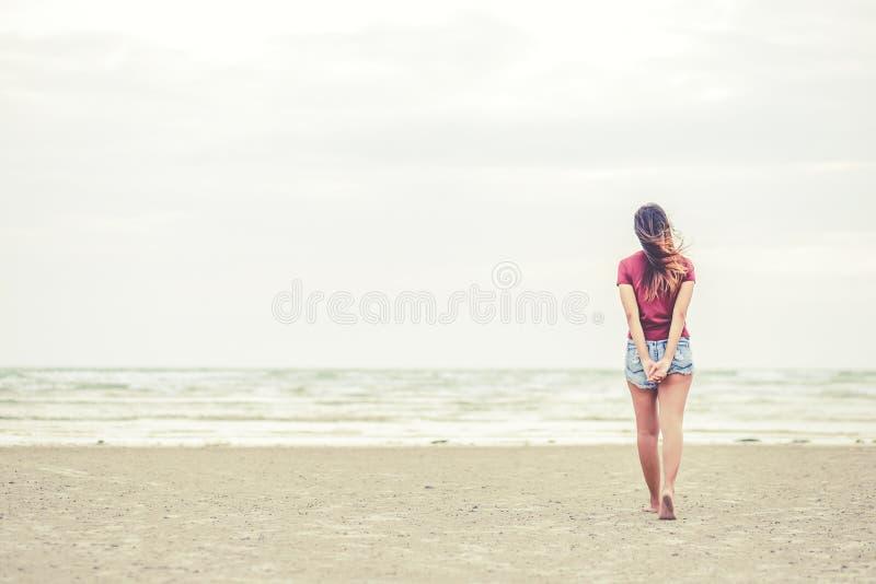 Femmes marchant sur la plage photographie stock