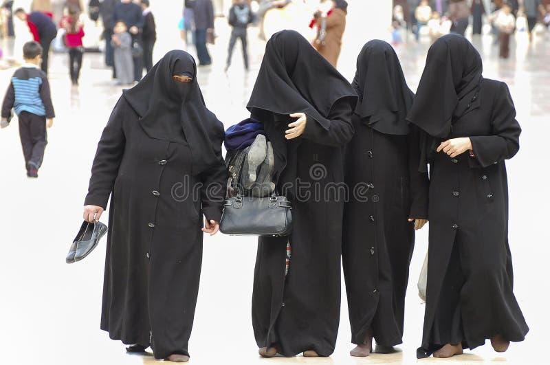 Femmes musulmanes dans Burqa - mosquée d'Umayyad - Damas - la Syrie photo libre de droits