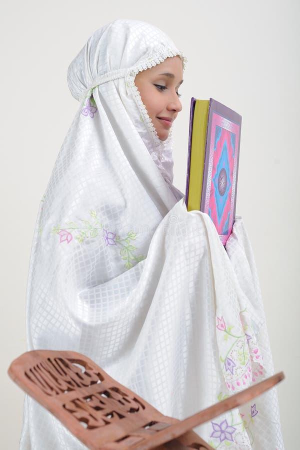 femmes musulmanes du relevé de koran photos libres de droits