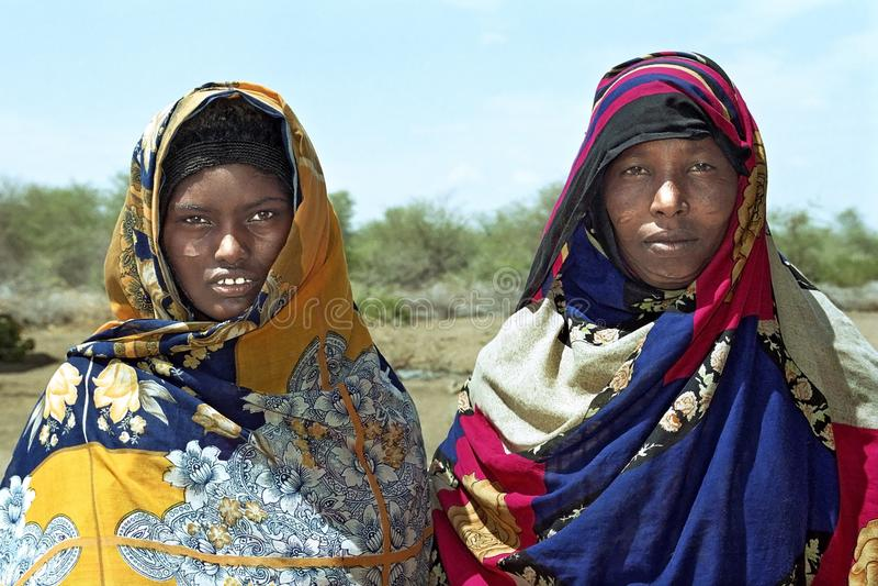 Femmes nomades de portrait de groupe dans le costume coloré photographie stock libre de droits