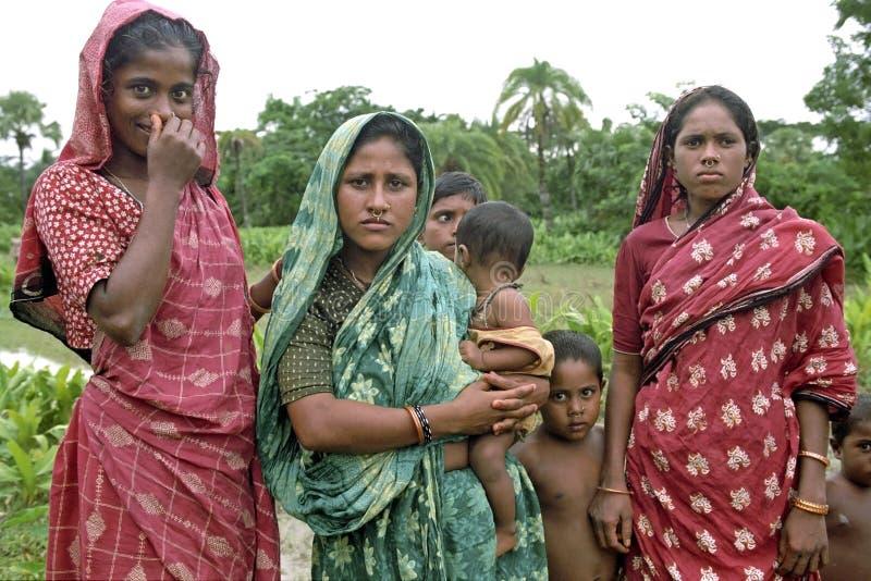 Femmes nomades du Bengale de portrait de groupe avec des enfants photographie stock